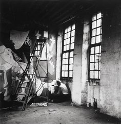 "Dora Maar, ""Picasso assis par terre travaillant à Guernica"" Pablo Picasso, Dora Maar Picasso, Picasso Guernica, Picasso Art, Surrealist Photographers, Landscape Photographers, Picasso Pictures, Picasso Paintings, Abstract Paintings"