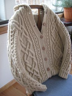 cable knit sweater...LOVE! and the pattern is free.
