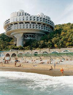 Frédéric Chaubin photographie des bâtiments insolites construits à l'époque de l'URSS, je vous dirais bien d'aller sur son site pour en voir plus mais il n'y a rien dessus.
