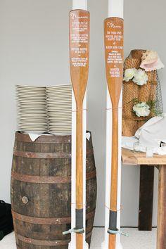 Mais um exemplo de como o estilo navy abre espaço para muita criatividade dentro da temática: remos de madeira usados para o cardápio do casamento! Adoramos!