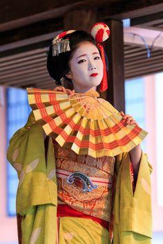 節分の日、北野天満宮では節分祭と追儺式が行われました。現像が追いついていないのですが、まずは上七軒の舞妓さん、勝奈さんと市多佳さんの舞をお届けします。※舞...