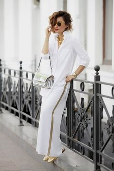 Metallic Proenza Scouler Clutch Bag Teamed With Classic White Shirt Round Sunglasses Gold Mules White Wide Leg Pants White Summer Outfits, Summer Fashion Outfits, Look Fashion, Trendy Fashion, Womens Fashion, Ladies Fashion, Looks Total White, Street Chic, Street Style