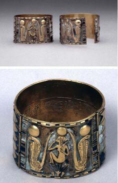 Paire de bracelets de Nimlot ... Le fils du souverain Sheshonq I, le fondateur de la 22e dynastie. La décoration principale est une figure du netjer Horus l'enfant, généralement connu sous son nom grec, Harpocrate !