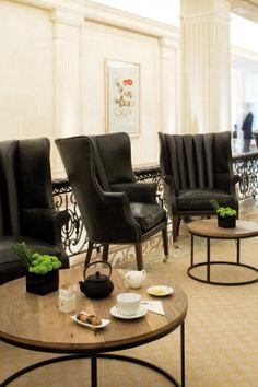 Trabajo realizado por el equipo de Marcasal de tapicería de pasamano en barandilla, sillones, sofás y taburetes en el Bar del Majestic. http://marcasal.es/web/hotel-majestic-eclectico-y-clasico/