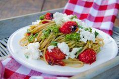 Pasta con pomodorini, ricotta e pesto per un primo estivo