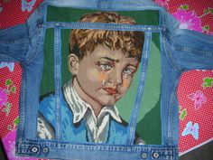 Spijkerjasje met op de rug een borduurwerk van de ziegeunerjongen met de traan.  Het borduurwerk is gevoerd en daarna aan de binnenkant van het jasje