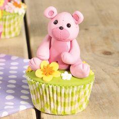 Deze schattige beren cupcakes maak je gemakkelijk met de uitleg in ons recept. Je maakt de beren van schitterende roze FunCakes fondant. Deze beren cupcakes zullen de show stelen op iedere feestjes.