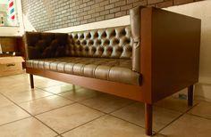 Contamos con hermosos diseños de sillones Chesterfield, fabricados a tu gusto, sin duda un símbolo sofisticado y emblemático al estilo Clásico Inglés.  Existe una gran variedad de modelos, para todos los gustos y para decorar todo tipo de espacios, por su diseño tradicional y elegante se ha convertido en un icono vintage para estos hermosos diseños que nunca pasarán de moda. ¡Cuéntanos tu proyecto! Nosotros lo fabricamos. Envíos a toda la república. Cel/whatsapp: 2226112399 y 2226856352