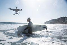 Een drone vliegt boven de zee waar iemand aan het surfen is. for fitness videos check out https://www.youtube.com/user/MixonFit/videos