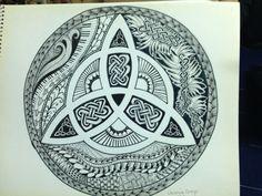 Triqueta. Simbolo celta. Celtic. Druida La triqueta o triquetra, tiene una antigüedad de más de 5.500 años, es la representación de la parte femenina del universo y de las tres fuerzas de la naturaleza tierra, agua y aire. Además representa a la divinidad mujer en sus tres facetas unísonas de doncella, madre y anciana. Así mismo la triqueta representa la vida, la muerte y el renacimiento; ya que el druidismo cree en la reencarnación de la esencia de todos los seres, esta idea está…