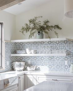 20 Country cottage kitchen decor ideas to make your kitchen feel all the more appetizing - Ethinify Spanish Tile Kitchen, Country Kitchen Tiles, Cottage Kitchen Decor, Farmhouse Kitchen Cabinets, Cottage Kitchens, Kitchen Interior, Home Kitchens, Kitchen Styling, Kitchen Remodel