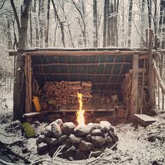 Bushcraft Winter Shelter A welcoming woodland shelter bushcraft & camping . Bushcraft Camping, Camping And Hiking, Camping Survival, Outdoor Survival, Survival Prepping, Survival Skills, Camping Hacks, Bushcraft Equipment, Backpacking