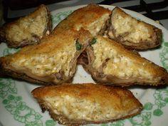 Bedly očistíme a odstraníme nožičky, aby nám zbyla mistička na plnění. Uděláme náplň: nastrouháme sýr, přidáme koření(majoránku,oregano,kmín),... French Toast, Stuffed Mushrooms, Pork, Cheese, Meat, Chicken, Breakfast, Recipes, Stuff Mushrooms