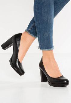 s.Oliver. Zapatos de plataforma - black. Suela:fibra sintética. Forma del tacón:bloque,plataforma en la parte delantera. Plantilla:cuero de imitación. Puntera:redonda. Altura de la plataforma:1.5 cm (talla 37). Estampado:unicolor. Materia...