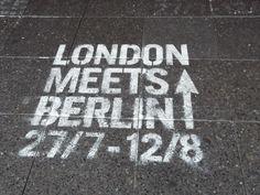 """Berlino con lo scrittore @ArturoRobertazzi - ArtNite che lancia la sua rubrica #BerlinArtour: itinerari sulle tracce di musicisti, scrittori e artisti. Un progetto da tenere d'occhio http://www.arturorobertazzi.it/i-tour-artistici-di-berlino-berlinartour/ Citato anche nel capitolo del Manuale per viaggiatori solitari intitolato """"David Bowie, Il giovane Holden o un serial killer"""" http://hobomondo.wordpress.com/2013/03/05/manuale-per-viaggiatori-solitari/#recensioniviaggiatorisolitari"""