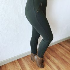 How to style boots Green Leggings, Brown Leather Boots, Olive Green, Winter Outfits, What To Wear, Black Jeans, Stylish, Pants, Fashion