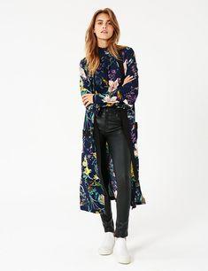 Overdådig Kimono fra mbyM i et smukt blomsterprint.   Quest blazeren har 3/4 lange ærmer og lukkes med et bånd i taljen. Den har en løs pasform, og sidder flo