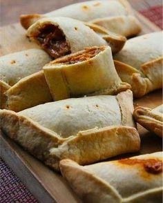 EMPANADAS DE AVENA ⏩Vas a necesitar: 1/2 taza de harina de avena (procesar la avena en hojuelas en la licuadora hasta que quede polvo) 1 cdta de linaza molida (semillas de lino) 1 cdta de semillas de amapola (opcional) 1 cdta de Chia (opcional) Pizca de nuez moscada Pizca de sal marina Pizca de endulzante 1 clara de huevo 1/4 taza de agua ⏩Mezclar los ingredientes secos, añadir la clara de huevo, mezclar y agregar poco a poco el agua mezclando con la punta de los dedos ...