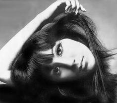 Cher for Vogue, 1966 by Photographer Richard Avedon Vintage Versace, Vintage Dior, Vintage Vogue, Vintage Glamour, Vintage Beauty, Vintage Hollywood, Robert Mapplethorpe, Steven Meisel, Cher Photos