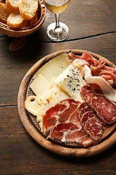 Dit hoort eigenlijk bij elke apéro op tafel te staan: fijne vleeswaren-kaasplankje. Met een goede wijn en nog belangrijker: leuk gezelschap! #tdh