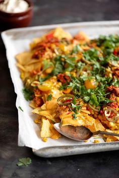 Tonnikala-nachopelti on helppo viikonloppuherkku. Tämän valmistus onnistuu lapseltakin. Määrää voit pienentää tai suurentaa ruokailijamäärän mukaan. Tex Mex, Nachos, Cheddar, Mexican, Quesadillas, Ethnic Recipes, Food, Cheddar Cheese, Quesadilla