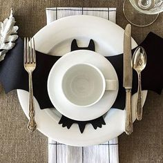 Cheap DIY Dollar Store Halloween Decoration ideas to spook your guests - Hike n Dip - - This Halloween spooke your guests with a scary and spooky Halloween decoration for your home. Try these Cheap DIY Dollar Store Halloween Decoration ideas. Diy Halloween, Décoration Table Halloween, Happy Halloween, Halloween Tisch, Photo Halloween, Halloween Table Settings, Feliz Halloween, Theme Halloween, Adornos Halloween