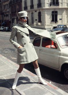 Photos: Vintage Paris Street Style white coat double breasted mod looks hat go go boots scarf In Photos: Vintage Paris Street Style - Fashion Mode, Mod Fashion, Vintage Fashion, Style Fashion, Paris Fashion, Vintage Style, Lolita Fashion, Fashion 2020, Retro Style