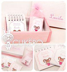 Caja personalizada y en su interior tarjetas de recuerdo y anotadores de souvenirs.