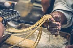 Making homemade pasta is a two-step process, kneading the dough and cutting the sheets. Homemade pasta are very healthy and fresh. Trattoria Italiana, La Trattoria, Rigatoni, Fettuccine Alfredo, Homemade Pasta, How To Make Homemade, Orzo, Tortellini, Cooking School