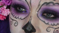 Hola! En este video les daré un pequeño tutorial de como maquillarte como la calavera catrina :) Para ver mas tutoriales de maquillaje, tips de belleza, manu...