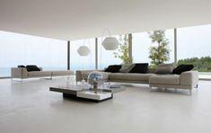 schlicht gestaltetes wohnzimmer mit meerblick
