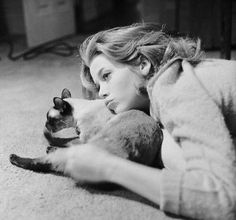 Jane Fonda with her Siamese cat, photo by Genevieve Naylor, Manhattan, New York, 1962 Photo Vintage, Vintage Cat, Jane Fonda, Crazy Cat Lady, Crazy Cats, Yoga Gato, I Love Cats, Cool Cats, Siamese Cats