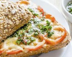Croque de pain aux céréales au pesto, tomate et gruyère allégé : http://www.fourchette-et-bikini.fr/recettes/recettes-minceur/croque-de-pain-aux-cereales-au-pesto-tomate-et-gruyere-allege.html