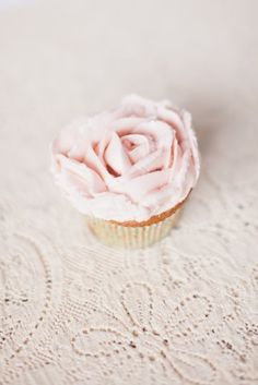 DIY Buttercream Rose Cupcakes - United With Love Debut Cake, Salad Cake, Delicious Desserts, Yummy Food, Bridal Shower Cupcakes, Buttercream Roses, Cupcake Wars, Fairy Cakes, Cake Business