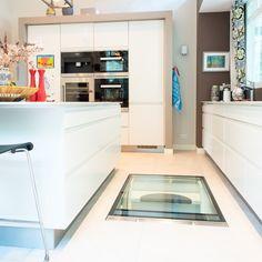 Een glazen vloerluik in de keuken. Volledig elektrisch en veilig.   #wonen #keuken #vloerluik #design #glazenvloerluik #interieur #interieurinspiratie #wooninspiratie Table, Furniture, Design, Home Decor, Homemade Home Decor, Tables, Home Furnishings, Interior Design