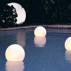 Acqua Globo Floating Light by Slide is a lamp floating watertight. Ideal for swimming pools, ponds and fountains, it adds a magical touch to any outdoor areas. Backyard Lighting, Outdoor Lighting, Lighting Ideas, Sphere Light, Bar Fancy, Bad Room Ideas, Floating Lights, Mermaid Room, Luminaire Design