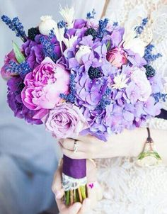 Buchet de mireasă cu bujori, trandafiri, hortensii si lavanda.  Bridal bouquet with peonies, roses, hydrangea and lavender