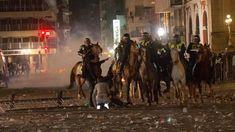 A violência registrada do lado de fora da sede do Congresso da Argentina por enfrentamentos entre grupos de manifestantes e a polícia se agravou nesta segunda-feira (18) durante a sessão que discut…