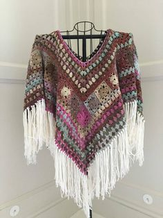 Crochet Tutorial Design Boho Poncho I 16 Easy Crochet Poncho Patterns for Women - Ponchos are warm and easy to make (not to mention, stylish!), just check out these 16 easy crochet poncho patterns for women for your next project! Poncho Au Crochet, Crochet Shawls And Wraps, Crochet Shirt, Crochet Scarves, Diy Crochet, Crochet Clothes, Crochet Hats, Poncho Shawl, Knitted Shawls