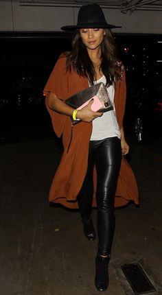 Se inspire no visual da atriz americana Shay Mitchell, do seriado teen Pretty Little Liars. Ela usou legging preta brilhante com ankle boots e casacão marrom telha, boa inspiração para usar no inverno brasileiro.