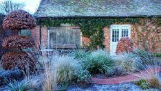 Wystarczy kilka umiejętnie dobranych roślin, by ogrodowy zakątek wyglądał niebanalnie, jak dobrze skrojony, elegancki garnitur. Cabin, House Styles, Garden, Home Decor, Garten, Decoration Home, Room Decor, Cabins, Lawn And Garden