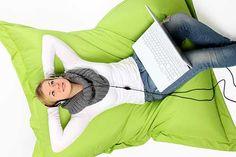 Der Sitzsack ist nicht nur eine beliebte Wohlfühloase für Jung und Alt, er sieht auch total schön aus. Er lässt sich prima genau da hinstellen, wo man gerade sitzen möchte.  Einen Sitzsack nähen ist auch für einen Anfänger geeignet. Bei der Stoffwahl sollten Sie sich für einen strapazierfähigen Stoff entscheiden.    Hervorragend dafür eignen sich Jeans, Cord, Wildleder, Kunstleder oder e ...