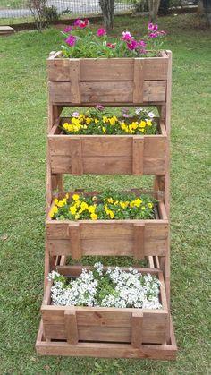 Jardim/Horta/Floreira vertical fabricada com madeira de pinus reaproveitada de pallets utilizado uma única vez, rejeitada de indústria, madeira maciça, certificada. <br>Dimensão da Peça: <br>Altura: 1,20 m <br>Largura: 60 cm <br>Comprimento: 80 cm <br>Contém 4 caixotes para serem colocados cachepôs de plástico de tamanho médio, podendo ser usado sem o cachepô de plástico por dentro, plantando diretamente. pois eles deslizam e saem normalmente. <br>Entre em contato, para encomendar o seu…