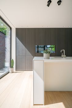 oak floor, dark textured panel and light cabinetry May House, Minimalist Architecture, Scandinavian Kitchen, House Inside, Home And Deco, Fashion Room, Beautiful Kitchens, Interior Design Kitchen, Kitchen And Bath