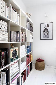 kirjahylly,makuuhuone,valokuvataulu