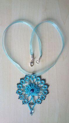 Collier style Maya en dentelle frivolité en coton bleu et perles rocailles Miyuki et perles Swarovski