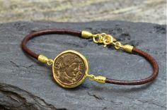 Pulsera de Oro y Cuero con Moneda Romana Antigua certificada. Gold and leather bracelet with ancient roman coin. Certified