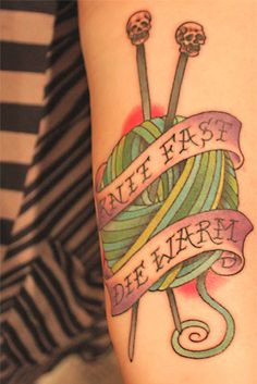 Fuente: http://fyeahtattoos.com/post/23819789698/knit-or-die-done-by-mac-at-hero-tattoos-in