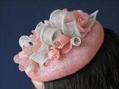 Rosa coral y ostras sombrero de flores por FascinatorsByCharlie