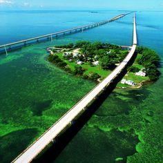 Overseas Highway  A Overseas Haghway é a única estrada que liga Key West ao continente. Em certos trechos ela é construída sobre o mar.